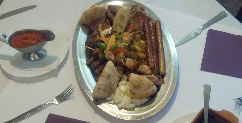 Punjena pileća prsa, ćevapi, pečenica, ražnjići, pljeskavice, krumpirići, riža s povrćem, ajvar i kruh – plata za 3 osobe za 129 kn!