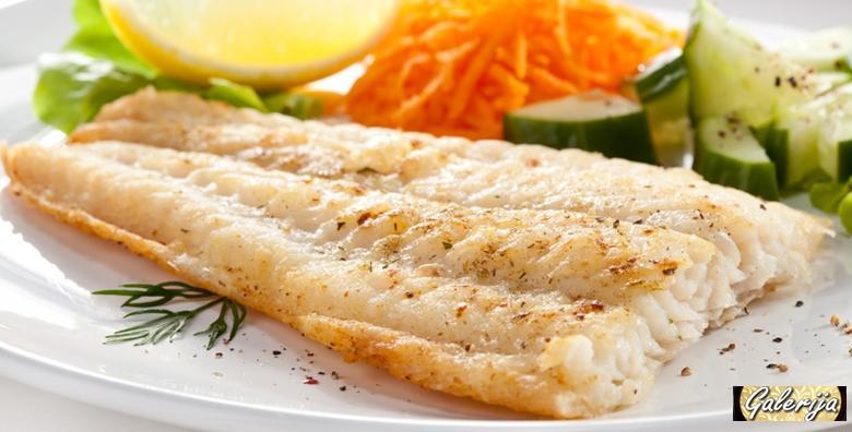 Bijela riba s listićima badema, zelene mahune i kruh