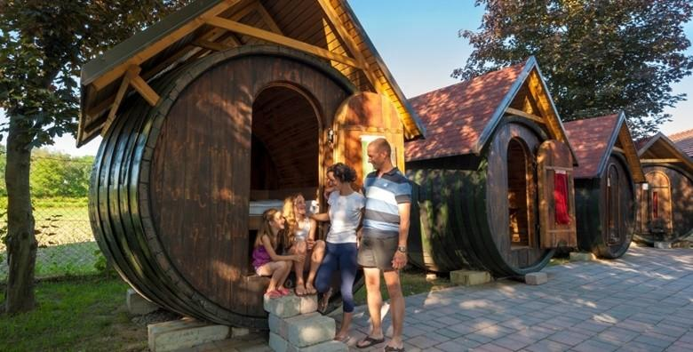 [GLAMPING] HIT kampiranje u vinskim bačvama s polupansionom uz korištenje bazena, sauna i uživanje u vinskoj kupelji za 817 kn!