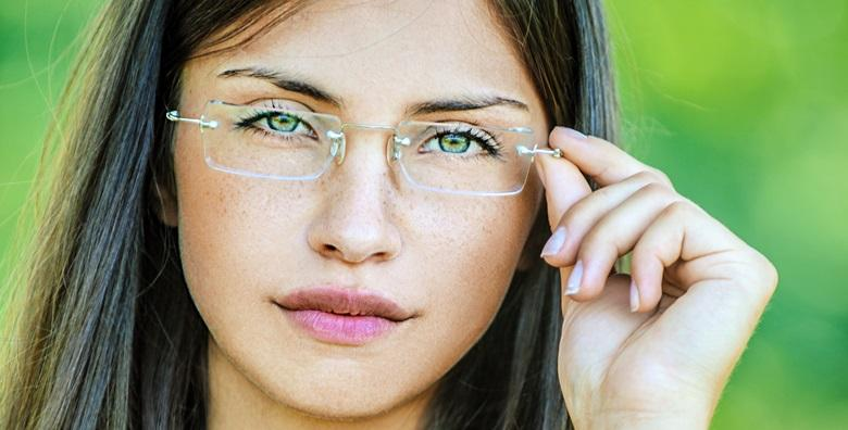 Fotoosjetljive naočalne leće s antirefleksnim slojem