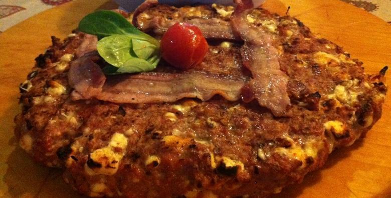 Gurmanska pljeskavica od 1kg omotana hrskavim špekom te punjena domaćim sirom i paprikom za samo 69 kn!