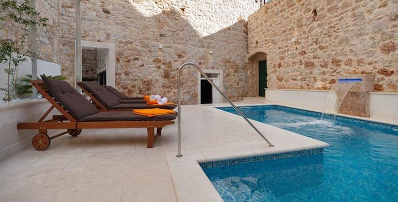 [BOL, BRAČ] 4 dana za čak 13 osoba u Villi Majestic**** uz neograničeno korištenje vanjskog bazena, hidromasažne kade i saune za 8.100 kn!