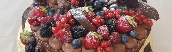 [TORTA] Počastite se raskošnom slasticom koja spaja neodoljivi okus čokolade s osvježavajućim malinama u izvedbi poznate Slastičarnice Horak