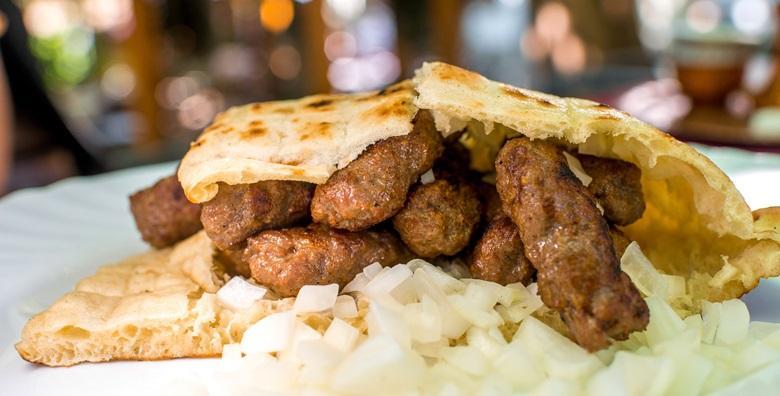 Ćevapi za čistu desetku u poznatoj Pizzeriji Dalmatino - 2 velike porcije sočnog mesa s lepinjom i lukom za samo 44 kn!