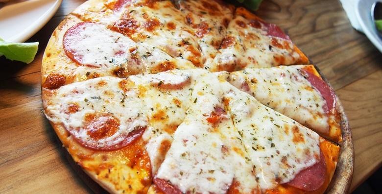 [PIZZA] Obilje vrućeg sira u slasnom umaku od rajčice s najboljom šunkom ili sastojcima po vašim željama - 2 velike pizze po izboru za 49 kn!