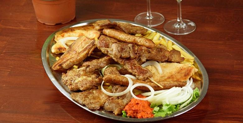 [ROŠTILJ PLATA] Gurmanska gozba za 3 osobe - ćevapi, svinjska vratina i grill pileći medaljoni uz pomfrit, salatu, luk i ajvar za 95 kn!