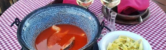 [FIŠ PAPRIKAŠ] Okusi tradicije za dvoje u Restoranu Baraca! Pripremljen od slavonskog šarana i domaće baranjske paprike u kotliću na otvorenoj vatri!