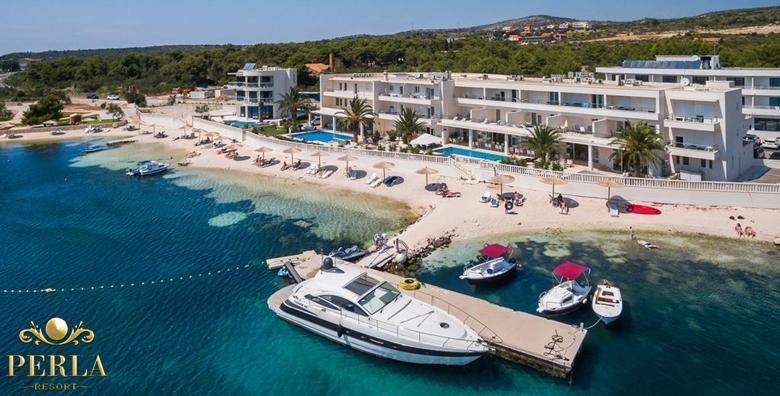 [ROGOZNICA, RESORT PERLA] Luksuzno opuštanje za dvoje u srcu Dalmacije!1, 2 ili 3 noćenja s doručkom u hotelu**** s bazenom i privatnom plažom od 799 kn!